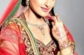Sonakshi Sinha looking hot in red saree