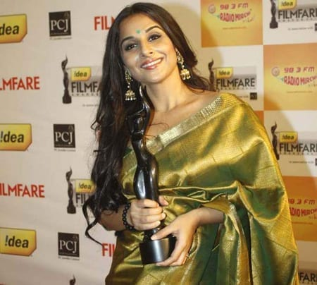 Vidya Balan in yellow saree holding a filmfare award