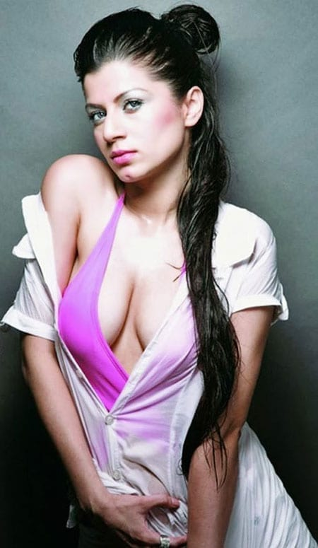 Kainaat Arora cleavage hot sexy